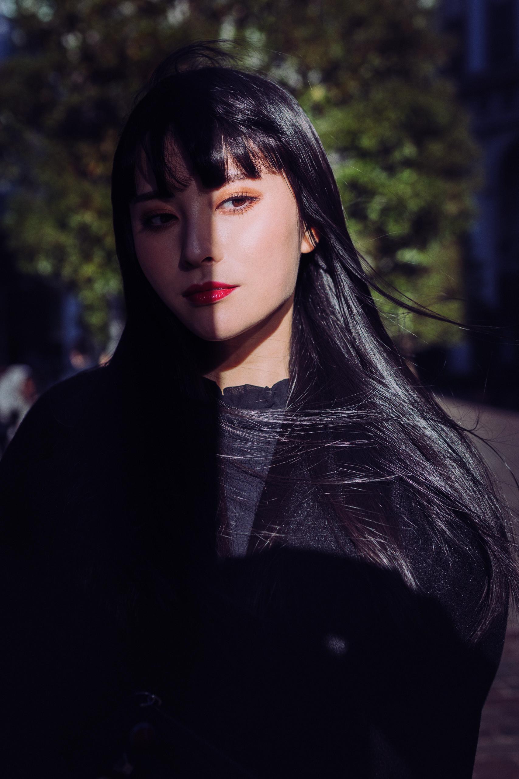 ブルべ冬強い女ポトレ写真黒髪ロングストレート赤リップ黒コーデ