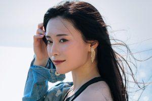 強い女ポトレ黒髪ロング巻き髪デニムコーデ筋トレ減量ケトジェニックダイエット